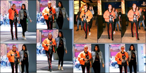 - 04.06.17 ─ La belle Hailey Baldwin est photographiée, arrivant, puis quittant l'église « Hillsong » dans New York ![/s#00000ize]C'est en compagnie de l'une de ses meilleures amies, Kendall Jenner qu'Hail a passé la fin de soirée.  Toujours la même tenue que je n'apprécie pas trop. -