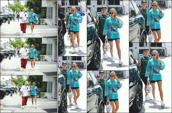- 18.05.19 ─ Notre Hails Baldwin  est aperçue alors qu'elle se rendait au « Zinc Café » situé du côté de Los Angeles.[/s#00000ize]Nous retrouvons notre jolie blonde ce jour là au côté de son mari, Justin Bieber. Un peu plus tard, c'est en quittant le café que nous les retrouvons, flop !  -