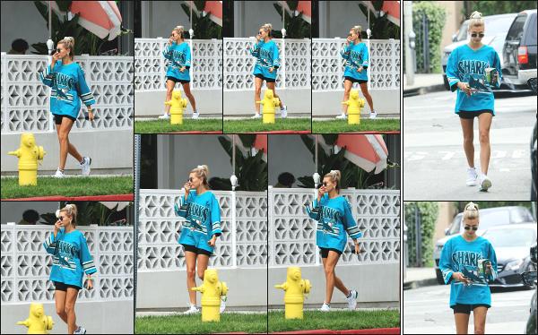 - 18.05.19 ─ Notre Hail Baldwin  est aperçue en se rendant au « Cha Cha Matcha » situé du côté de West Hollywood.[/s#00000ize]Nous retrouvons à nouveau notre jolie blonde, cette fois  en allant se chercher une boisson et de quoi manger puisqu'elle est aperçue en quittant les lieux.  -