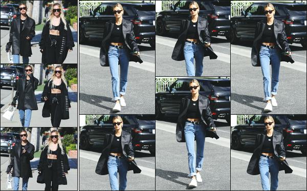 - 19.05.19 ─ Notre Hailey Baldwin  est photographiée alors qu'elle se promenait avec Maeve Reilly dans Los Angeles[/s#00000ize]Notre jolie blonde était au côté de sa styliste et amie Maeve Reilly, avec qui elle a passé la soirée de la veille au Levi's Haus d'ailleurs. Flop pour la tenue !  -