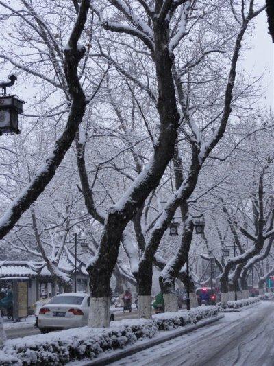 La ville et l'école dans la neige