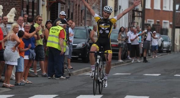 Cyclisme (R½ulx): Guillaume Mathis (Puteaux) au-dessus de la mêlée