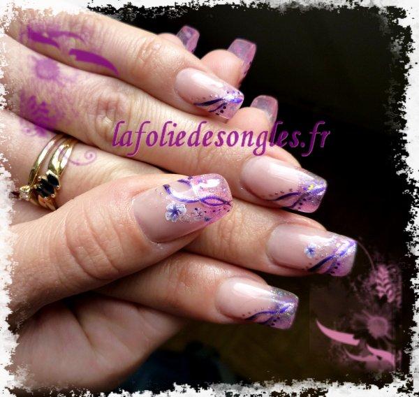 Nail art Liane rose et fushia sur french vitrail pailletée, avec stickers fleur