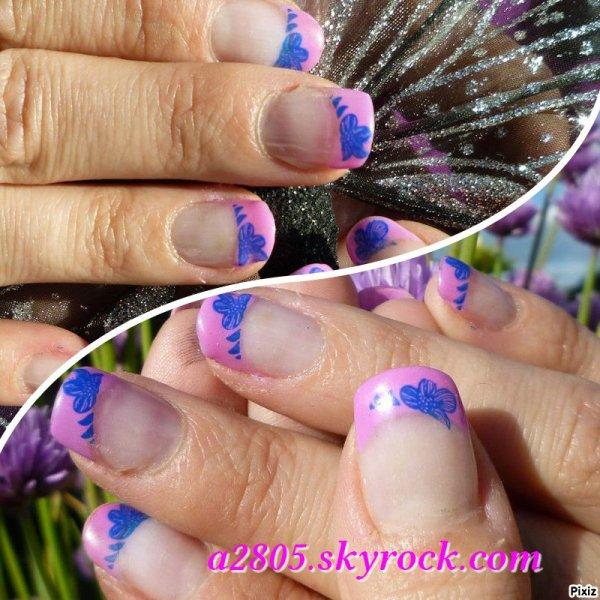 Nail art Bleuet sur tapis rose