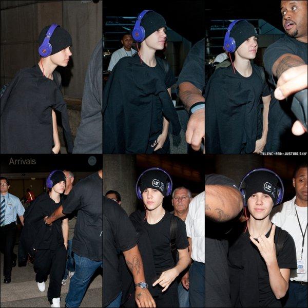 20/05/11: Justin Arrive A Laéroport De Los AngelesJustin est arrivé a l'aéroport de Los Angeles le 20 mai pour y donner son dernier concert. 19/05/11: Justin A L'aéroport De TokyoJustin arrive a l'aéroport de Tokyo pour y donner un concert le 19 mai.