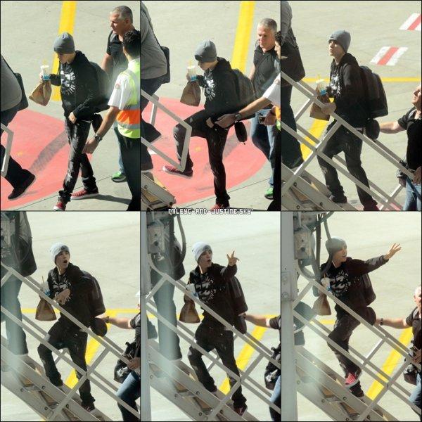 01/05/11: Justin Quitte Sydney Voyez des photos de Justin Prenant L'avion Et Quittant Sydney