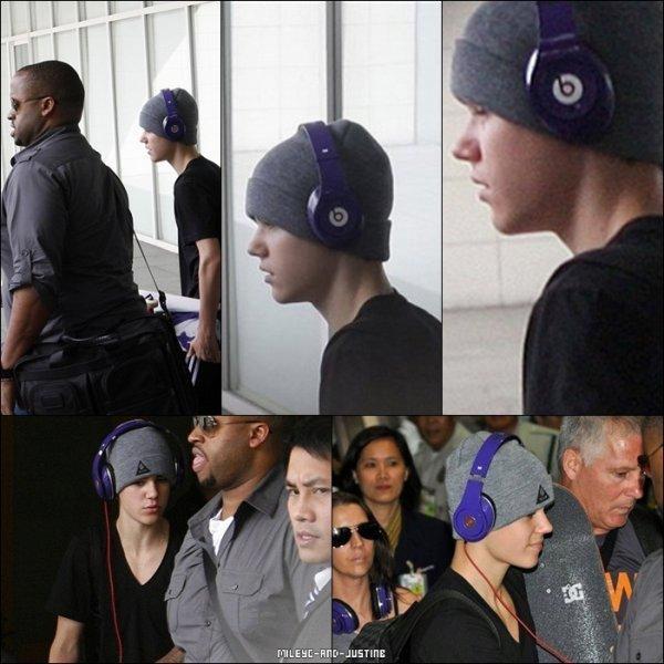 10/05/11: Justin Arrive Aux PhilippinesJustin a été aperçu hier arrivant à l'aéroport de Ninoy Aquino, son casque Justbeats sur les oreilles :P  11/05/11: Miley Arrive A Rio De JaneiroDu monde était comme toujours présent pour accueillir comme il se doit la belle à Rio De Janeiro.