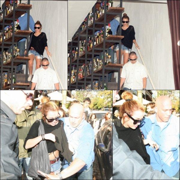 09/05/11: Miley Faisant Du ShoppingMiley a été aperçu le lundi 9 mai faisant du shopping dans Buenos Aires. Que pensez-vous de sa tenue? 07/05/11: Miley Quittant Un Restaurant Dans Buenos AiresLe 7 mai, Miley a été vu sortant d'un restaurant dans Buenos Aires. Vous pouvez voir le nombre de fans qui l'attendait devant. On comprend pourquoi Miley préfère rester dans sa chambre d'hotél.   Rien de Nouveau Concernant Justin :)