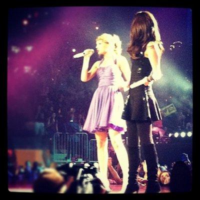 Selena et Taylor Swift ont chantaient ensemble et les fans on adoraient :)