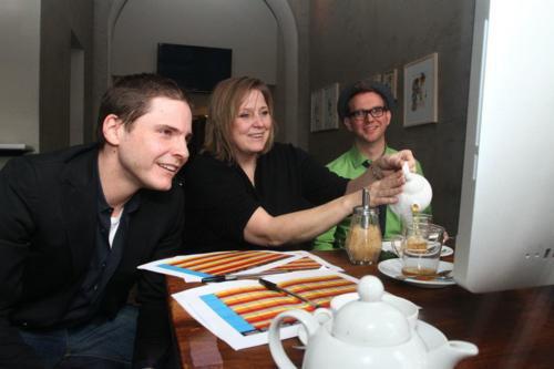 Daniel Brühl, Esther Gronenborn, Jim rire (de gauche à droite) sont à regarder les films pour Osberme Short Film Festival.  Ces images ont été tournées au bar Raval Berlin.