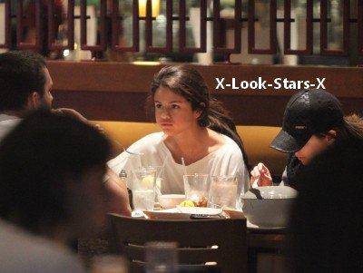 9.12.2011 ~ Selena est en ce moment poursuivis par les paparazzis qui la harcèle tous par rapport à Justin