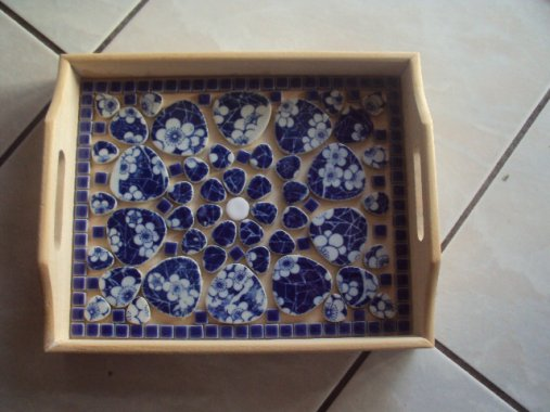 un petit plateau en mosaique  bleu