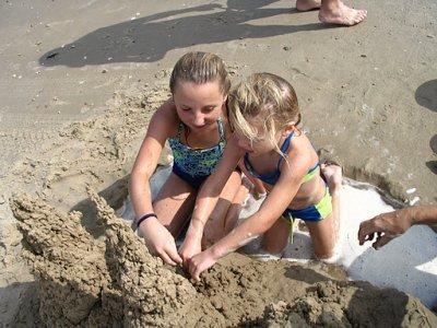 moi et ma soeur avec le chateau de sable