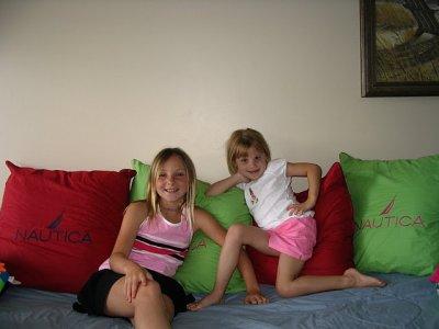 moi et ma soeur dans le divan