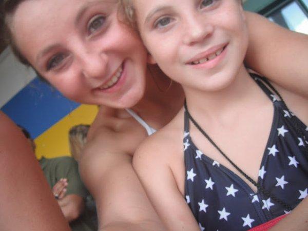 moi et ma soeur a la piscine