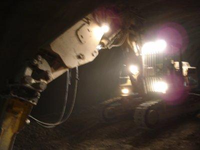 moi sur une liebherr 934 lors du creusement du stross!!!
