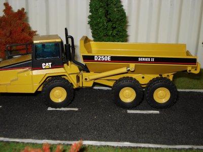dumper CATERPILLAR D250E serie 2