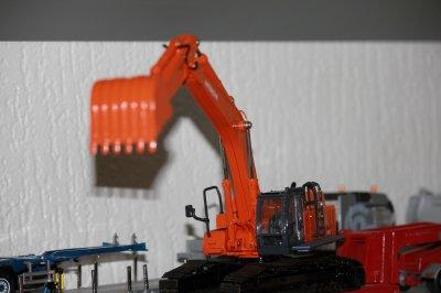 """news de l orange parmi les jaunes """"HITACHI XAZIS 450 lc"""""""