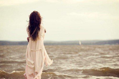 Pendant que la marée monte et que chacun refait ses comptes, j'emmène au creux de mon ombre des poussières de toi. Le vent les portera. Tout disparaîtra.