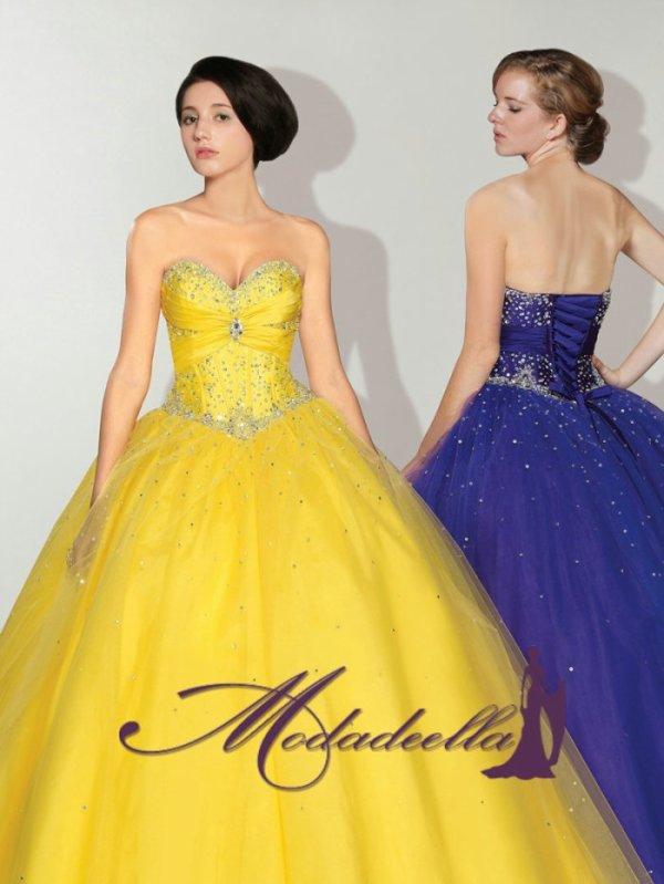 2b0d6f3a2 Una presentación de ceremonia de Quinceañera con vestidos - vista de ...
