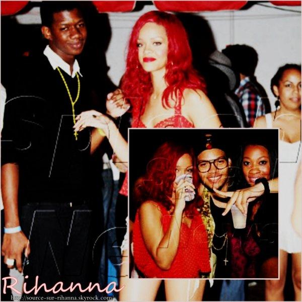 Rihanna ne perd pas une minute. A peine débarquée à l'aéroport de la Barbade où elle passe les vacances de Noël en famille, Riri s'est glissée dans un mini short en jean et un top rouge à pois blancs pour participer à une fête en plein air. La sauterie était organisée par son frère Rorrey Fenty, afin de célébrer le retour de l'enfant du pays parmi les siens. Rihanna avait l'air de beaucoup se plaire à la petite fête. Détendue et joyeuse, elle a trinqué à ses retrouvailles avec ses proches et a beaucoup ri avec les membres de sa famille.
