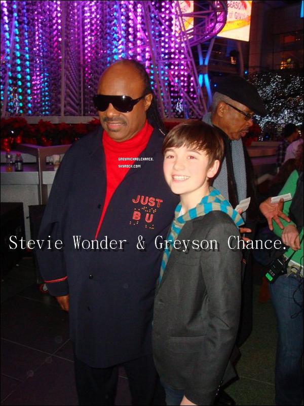 """. <<J'ai pu rencontrerStevie Wonder il ya quelques semaines au """"Tree Lighting in LA"""", et maintenant, j'ai été invité à jouer au """"15th annual House Full of Toys Benefit Concert""""! C'est ce samedi au Nokia Theatre à Los Angeles, en espérant vous y voir !! (: >> a posté Greyson,sur sa page Facebook. . ."""