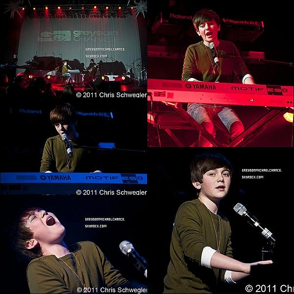 """. 01/02/2010 Greyson à chanté au """"The Spotlight"""" à Détroit. ."""