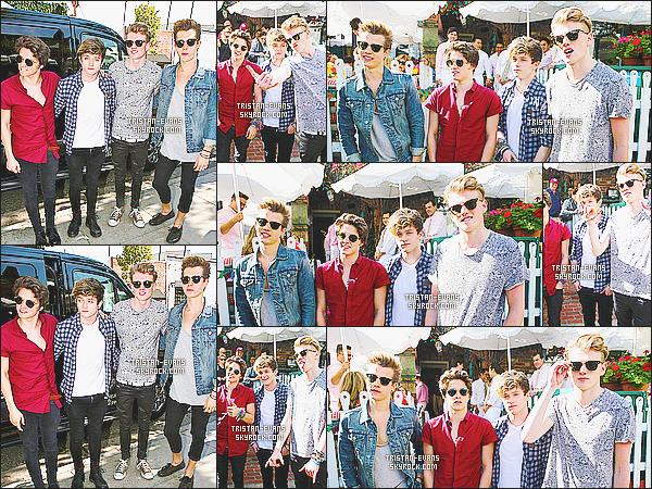 . 25/02/14 : Le groupe au complet à été vu quittant le restaurant américain « Ivy  » en plein centre de Los Angeles !  Une pause pour les garçons qui enchaînent les différentes promotions et le boulot. J'aime leur tenues et le fait qu'ils posent avec leur fans .