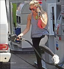 15/07/11 : Ashley allant à la gym puis plus tard dans la journée Ash a été mettre de l'essence dans Hollywood.