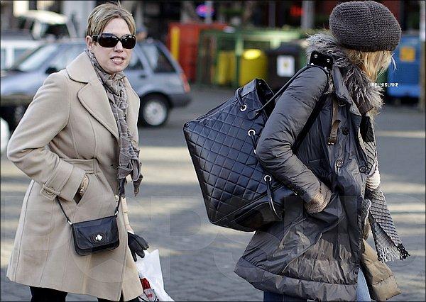 .   21/12/2011 : Blake Lively , sa mère et son petit ami Ryan R. ont été aperçus au marché de Vancouver   .
