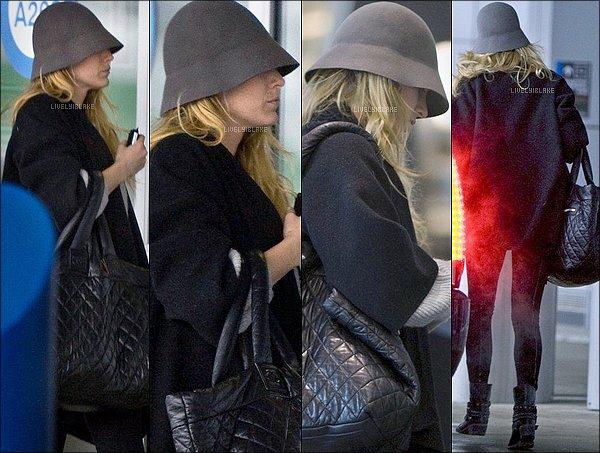 """.    12/01/12 : Blake Lively avec son chapeau, quittant l'aéroport de Boston afin d'aller voir  Ryan Reynolds                   Blake n'était pas présente aux PCA  2012 et n'a pas remporté prix. Elle était nominée dans la catégorie """"FAVORITE TV DRAMA ACTRESS""""  ."""