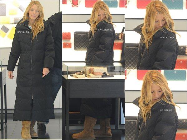 .    31/01/12 : Blake Lively quittant, avec sa grosse doudoune,  le set de la cinquième saison de Gossip Girl .  .