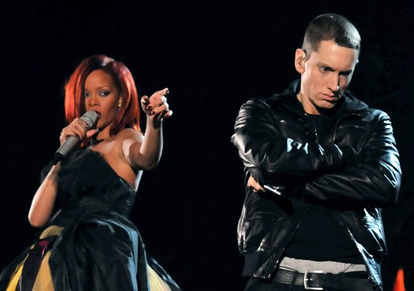 Grammy Awards 2011: Love The Way You Lie (ft. Eminem)
