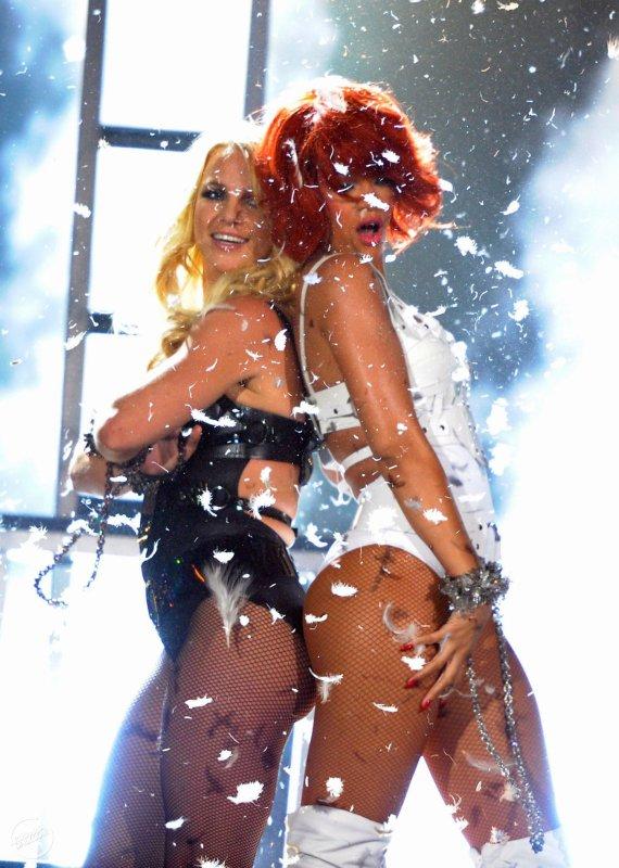 Billboard Music Awards : S&M (avec Britney Spears)