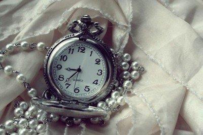 """"""" Le temps passe,certes ; c'est une des lois de la vie cruelle et implacable""""  Nancy Hudston"""