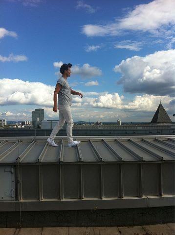 Louis today sur un toit WTF?