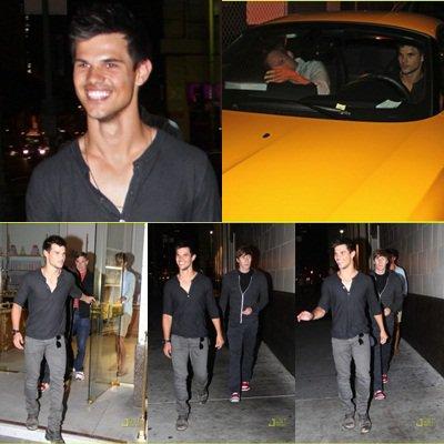 . 13.07 : Taylor quittant un restaurant avec des amis  .