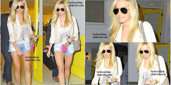 - 01/02/12 : Ashley est allé faire du shopping chez  Planet Blue. J'aime beaucoup la tenue de miss Tisdale, pour moi c'est un TOP. Qu'en penses - tu, Top/Flop ? -