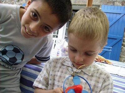 voila  mes de garson emmanuel kui fait le rigolo jordan en bleu joué son jeux ossi divoine un ti couzin la famille et né