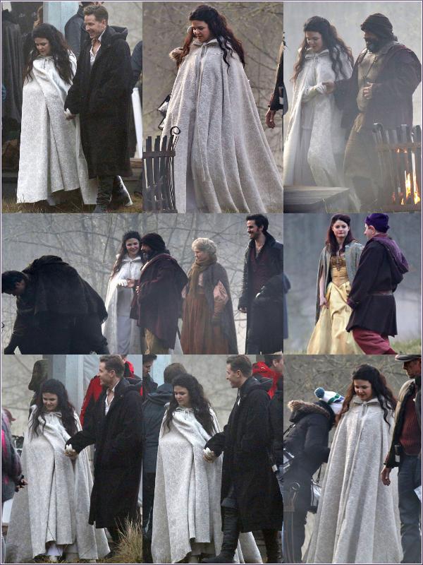 Ginnifer sur le set de Once Upon A Time, le 25 novembre 2013. I  Ginnifer, Josh, Emilie (De Ravin), Colin ... étaient sur le tournage de la saison 3 de Once Upon A Time, hier (25/11/13). Est-ce un flashback ? Pourquoi y aurait t'il Hook (Colin) et Neal adulte ? Après l'annonce de la grossesse de Ginny, on pouvait s'attendre qu'elle soit très longtemps absente dans la série. Cependant, un des créateurs de la série a annoncé que ce ne sera pas le cas (Ouf !). Je pense qu'ils vont faire par tous les moyens possibles cachés la grossesse de Ginnifer (enceinte de 4 mois) comme ici la cape. Ensuite, Snow sera peut-être enceinte !