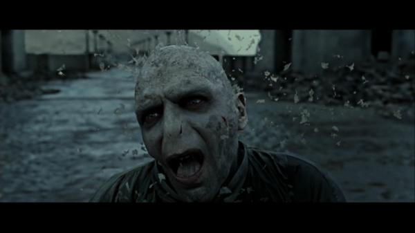 Voldemort se transforme en poussiére.