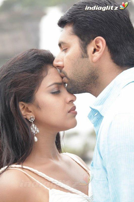 Jayam Ravi - Amala Paul romance for Gayatri's choreography