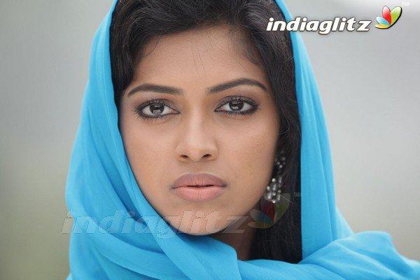 Jayam Ravi - Amala Paul romance for Gayatri's choreography 2  ( car pas de place)