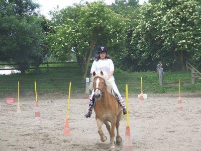 litz et moi au slalom au concour de pony games
