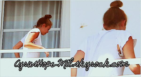*14/06/2012 : Miley au balcon de son hôtel à Miami. *
