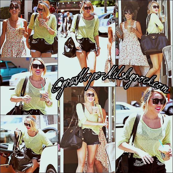 * 25/06/12 :  Miley allant s'acheter un café glacé à Los Angeles.    J'aime la tenue de Miley. Son pull vert pomme est magnifique et sa coiffure lui change.  *