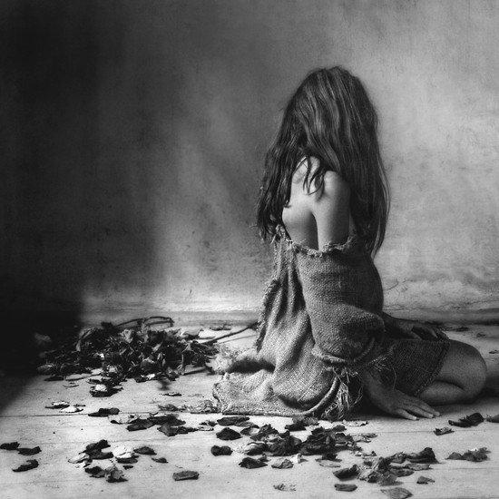 On dit que c'est parce qu'il est passé sous une échelle que sa chance s'est suicidée. Moi tu sais, vu son état, je pense plutôt que c'est son âme qui l'a poussée.