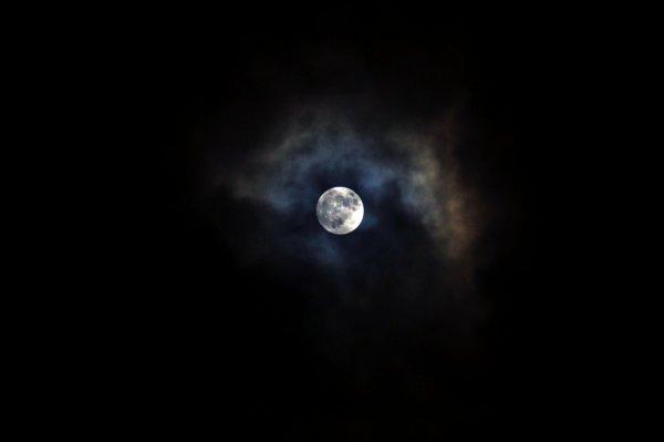 Ne me dit pas que le ciel est la limite, alors qu'il y a des traces de pas sur la Lune.