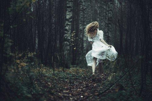 Que serais-je sans toi qui vins à ma rencontre     Que serais-je sans toi qu'un coeur au bois dormant     Que cette heure arrêtée au cadran de la montre     Que serais-je sans toi que ce balbutiement.      J'ai tout appris de toi pour ce qui me concerne     Qu'il fait jour à midi, qu'un ciel peut être bleu     Que le bonheur n'est pas un quinquet de taverne     Tu m'as pris par la main dans cet enfer moderne     Où l'homme ne sait plus ce que c'est qu'être deux     Tu m'as pris par la main comme un amant heureux.      Que serais-je sans toi qui vins à ma rencontre     Que serais-je sans toi qu'un coeur au bois dormant     Que cette heure arrêtée au cadran de la montre     Que serais-je sans toi que ce balbutiement.      Qui parle de bonheur a souvent les yeux tristes     N'est-ce pas un sanglot que la déconvenue     Une corde brisée aux doigts du guitariste     Et pourtant je vous dis que le bonheur existe     Ailleurs que dans le rêve, ailleurs que dans les nues.     Terre, terre, voici ses rades inconnues.      Que serais-je sans toi qui vins à ma rencontre     Que serais-je sans toi qu'un coeur au bois dormant     Que cette heure arrêtée au cadran de la montre     Que serais-je sans toi que ce balbutiement.