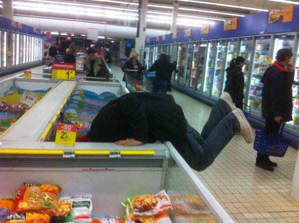 Si vous cherchez 241543903 sur Google, vous trouverez des photos de gens qui mettent leur tête dans des frigos...